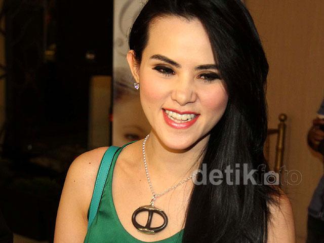 Angel Lelga turut hadir di sebuah acara di kawasan Blok M, Jakarta