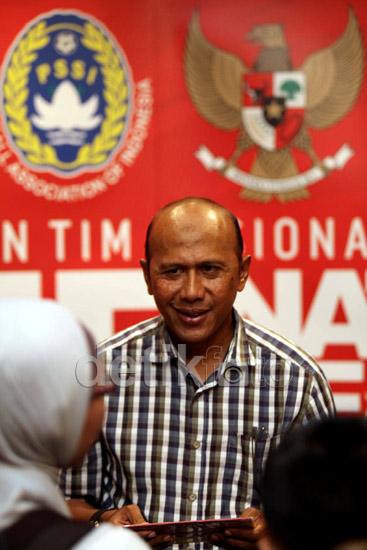 Rahmad Darmawan mengumumkan nama-nama pemain yang akan memperkuat timnas melawan Arab Saudi di Hotel Sultan, Jakarta, Selasa (19/3/2013).