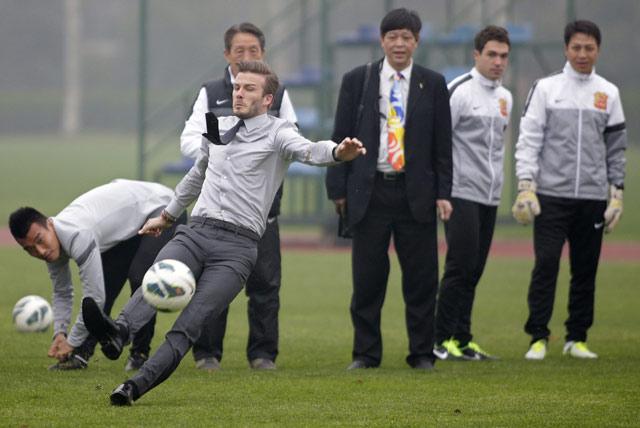Saat akan menendatang, Beckham tampak terpeleset. REUTERS/Stringer.
