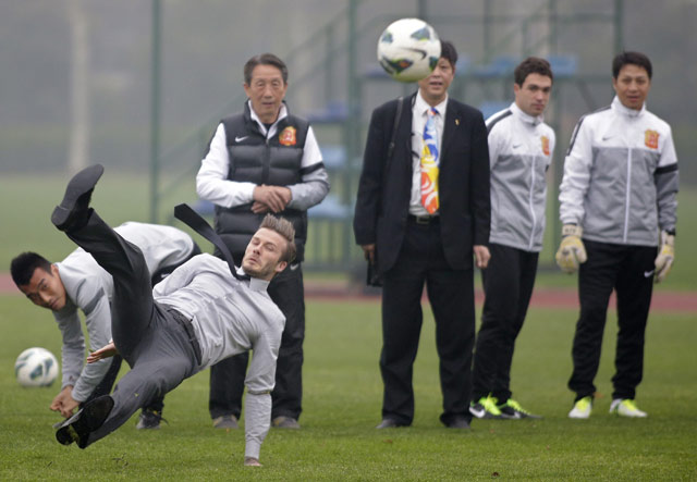 Beckham pun terjatuh ke tanah. REUTERS/Stringer.