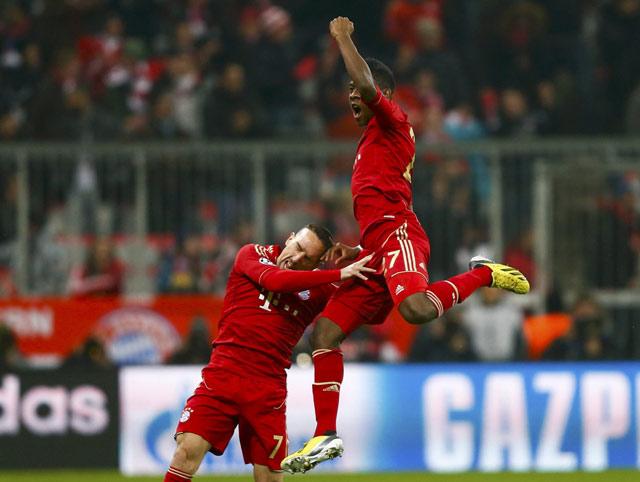 Alaba merayakan golnya bersama Franck Ribery. REUTERS/Kai Pfaffenbach.