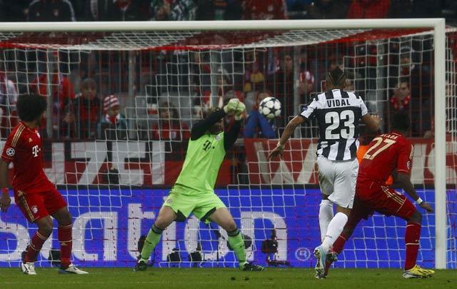 Manuel Neuer berhasil memblok tembakan Arturo Vidal. REUTERS/Michaela Rehle.