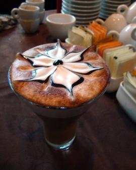 Wow, bunga ini tampak muncul di atas permukaan kopi! Jika gambar pada ...