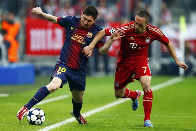 Lionel Messi berusaha melewati Franck Ribery dalam pertandingan di Allianz Arena. Reuters/Kai Pfaffenbach.