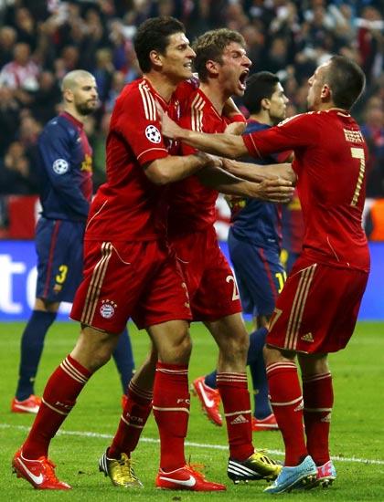 Thomas Muller merayakan gol yang dibuatnya bersama Franck Ribery dan Mario Gomez. Reuters/Michael Dalder.