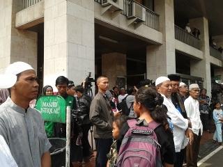 Belasan orang menunggu di Istiqlal (Khafifah/detikcom)