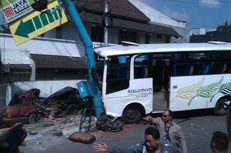 Foto: Bus PO Nugroho menabrak tiang reklame setelah sebelumnya menghantam tiga mobil dan delapan sepeda motor