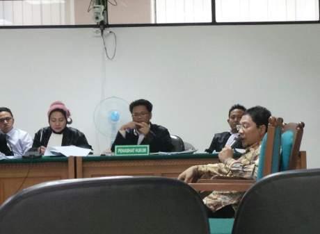 Ahmad Fathanah, tersangka kasus impor daging memberikan kesaksiannya di Pengadilan Tipikor, Jakarta, Jumat (17/5/2013)