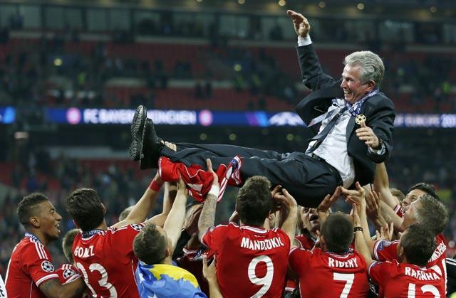 Para pemain Bayern Munich mengangkat pelatih Jupp Heynckess usai memastikan menjadi juara Liga Champions.