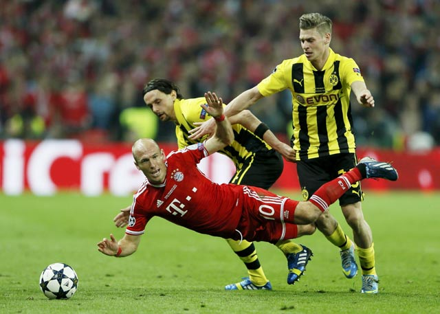 Pemain Bayern Munich Arjen Robben terjatuh dalam pertandingan panas tersebut. Kedua tim bermain imbang tanpa gol di babak pertama di mana Dortmund menguasai jalannya laga dengan menciptakan lebih banyak peluang.