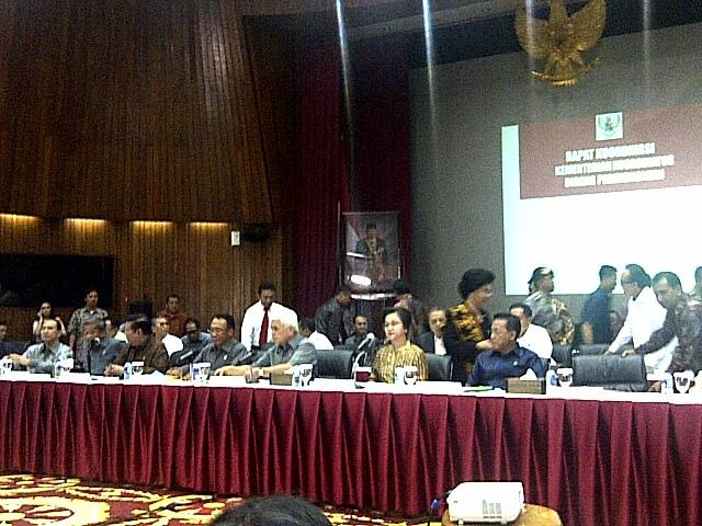 Menteri ESDM Jero Wacik dan menteri lainnya dari Kabinet Indonesia Bersatu II saat mengumumkan kenaikan harga BBM