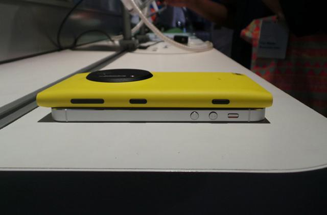 http://images.detik.com/content/2013/07/12/1146/nokia-lumia-1020-thickness.jpg