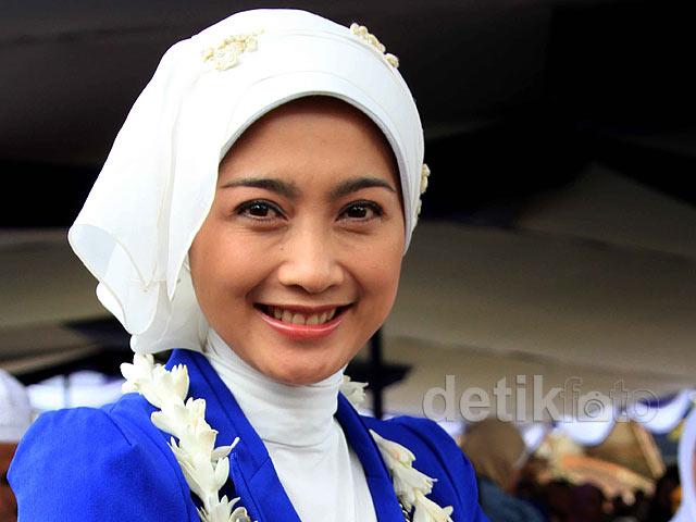 Aktris Desi Ratnasari datang ke Desa Cijurey, Gegerbitung, Sukabumi ...