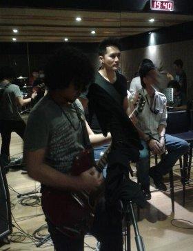 Foto Demian Aditya berlatih dengan band Samsons
