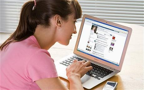 Pramugari Dipecat Gara-gara Facebook