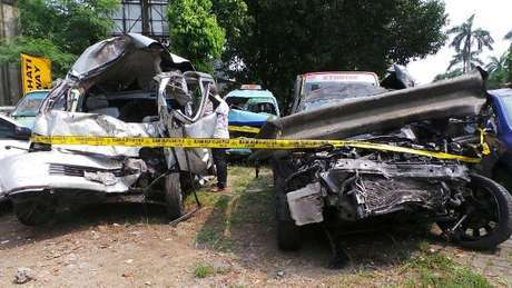 Mobil Lancer yang dikendarai Dul menghantam Grand Max dan Avanza, akibatnya 6 orang penumpang Grand Max tewas
