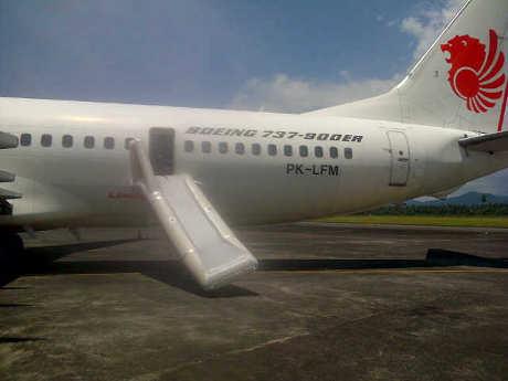 (FOTO) INSIDEN PINTU DARURAT LION DIBUKA PAKSA PENUMPANG Kronologi Dobrak Paksa Pintu Darurat Lion Air