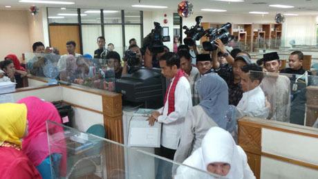 VIDEO YOUTUBE JOKOWI SIDAK KANTOR WALIKOTA JAKTIM Jokowi Marah PNS Main Game, Banting Berkas dan Pintu