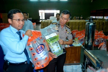 FOTO AIR ZAMZAM PALSU BEREDAR DI JAKARTA Pabrik Air Zam Zam Palsu di Jawa Tengah Digerebek