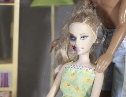 Boneka Seorang Seniman Membuat Boneka Barbie Tersiksa