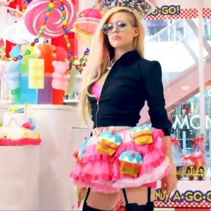 Video Klip 'Hello Kitty' Avril Lavigne Tak Disukai