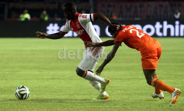 Para pemain Ajax melakukan penekanan ke pertahanan Persija.