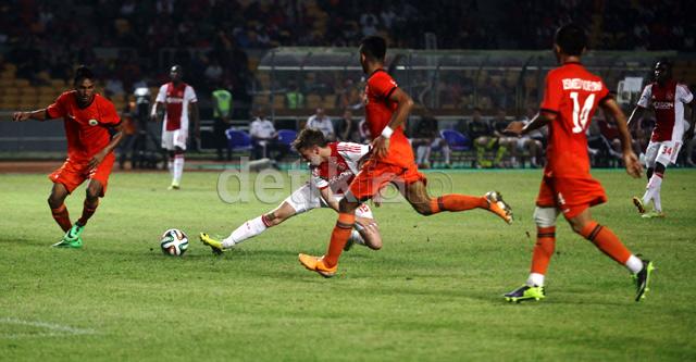 Salah satu pemain Ajax mendapat pengawalan dari tiga pemain Persija.