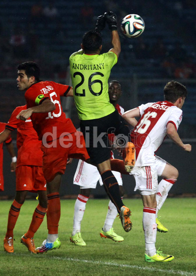 Andritany melompat untuk mengamankan gawangnya dari serangan para pemain Ajax.