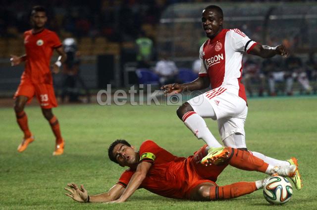 Fabiano Beltrame berusaha menghentikan serangan yang dilakukan Ajax.