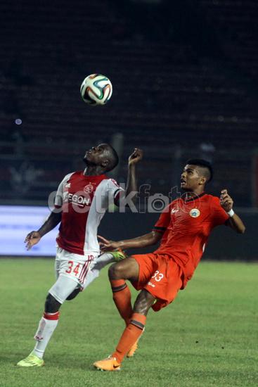 Syahrizal Syahbuddin berusaha merebut bola dari pemain Ajax.