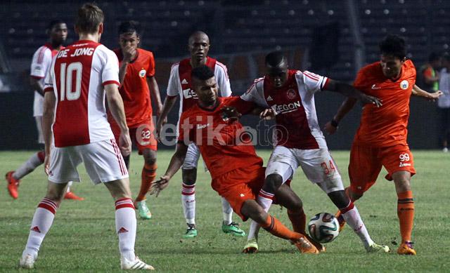 Para pemain Ajax terus melancarkan serangan. Sementara itu, 'Macan Kemayoran' mengandalkan serangan balik.