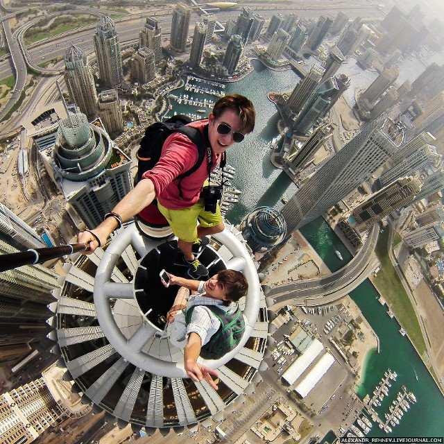 Remnev bersama rekannya dengan tongkat narsis (tongsis) di menara Dubai, dengan ketinggian mencapai 414 meter atau kurang lebih 1.350 kaki.