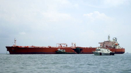 http://images.detik.com/content/2014/06/10/1034/110725_kapaltanker.jpg
