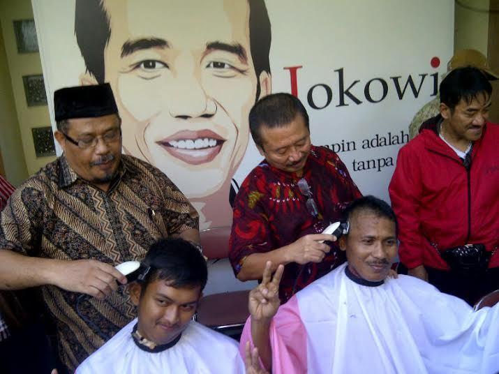 Tak Gelar Konvoi, Pendukung Jokowi Jatim Pilih Tumpengan dan Cukur Gundul