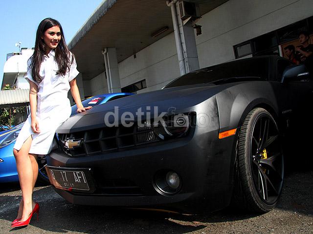 Pose Hot Syahnaz di Mobil Raffi Ahmad