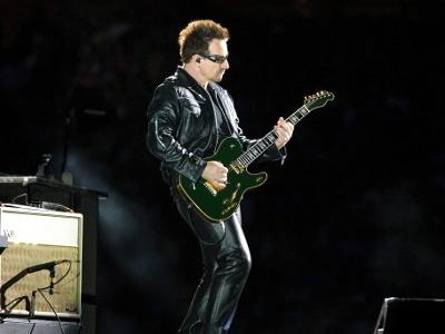 U2 Tak Pernah Suka Bono Manggung Sambil Main Gitar