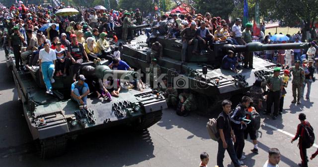 TNI Ajak Warga Naik Tank Leopard