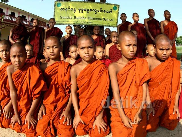 Melihat Sekolah Budha di Myanmar