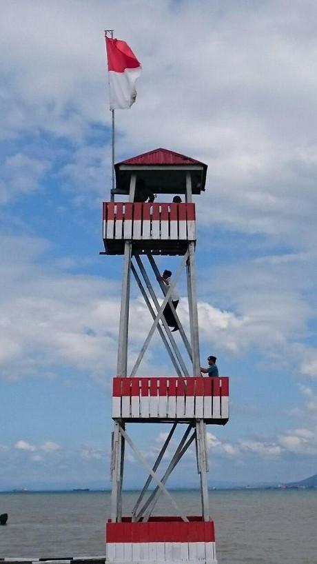 Wow! Jokowi Panjat Pos Menara Tertinggi di Pulau Sebatik
