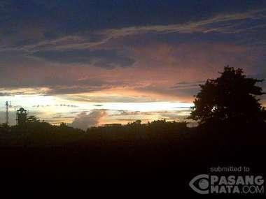 Fenomena 'Gedung Emas' dan Indahnya Langit Senja di Jakarta