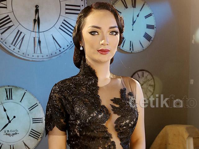 Makin Hot! Zaskia 'Gotik' Dibalut Gaun Berbelahan Dada Rendah