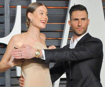 Adam Levine Sigap Tutupi Bagian Dada Istri Saat Payudara Mengintip