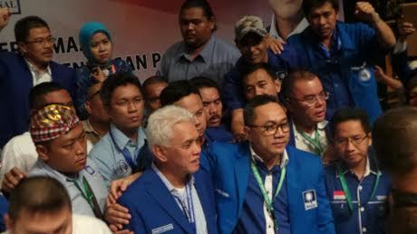 Menang Jadi Ketum PAN, Zulkfili Hasan Peluk Hatta Rajasa