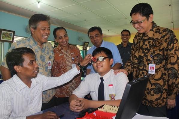 Kacamata Gratis Untuk Siswa Berekonomi Lemah