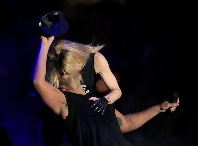 Ciuman Panas Madonna Dan Drake Di Panggung Coachella