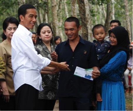 Blusukan ke Kebun Karet, Presiden Jokowi Bagikan KIS Untuk Buruh