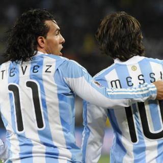 Sebelum ke Chille, Messi-Tevez Duel Dulu di Berlin