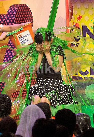 Syahrini diguyur lendir berwarna hijau di acara Nickelodeon Kids' Choice Awards yang digelar di Pondok Gede, Jakarta Timur, Rabu (10/6/2015) malam. Pool/Noel/detikFoto.