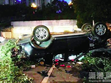 Pria Ini Nyaris Tewas Ketiban SUV yang Jatuh dari Pelataran Parkir