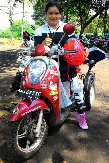 Terkena Polio, Tak Halangi Shinta Keliling Indonesia Naik Motor